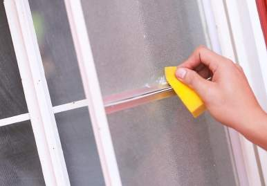 Как можно очистить скотч от пластикового окна: обзор эффективных средств в Севастополе